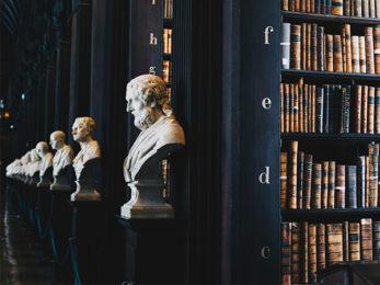 Statuen und Bibliothek