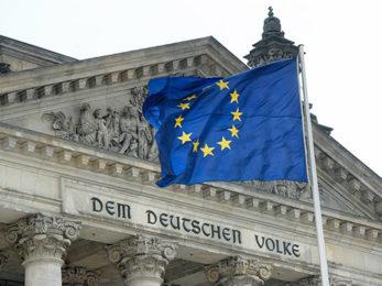 EU-Fahne vor dem Reichstag Berlin