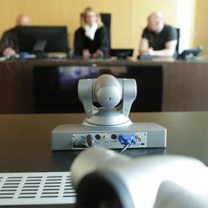 Videokameras stehen im Landgericht in einem Gerichtssaal.